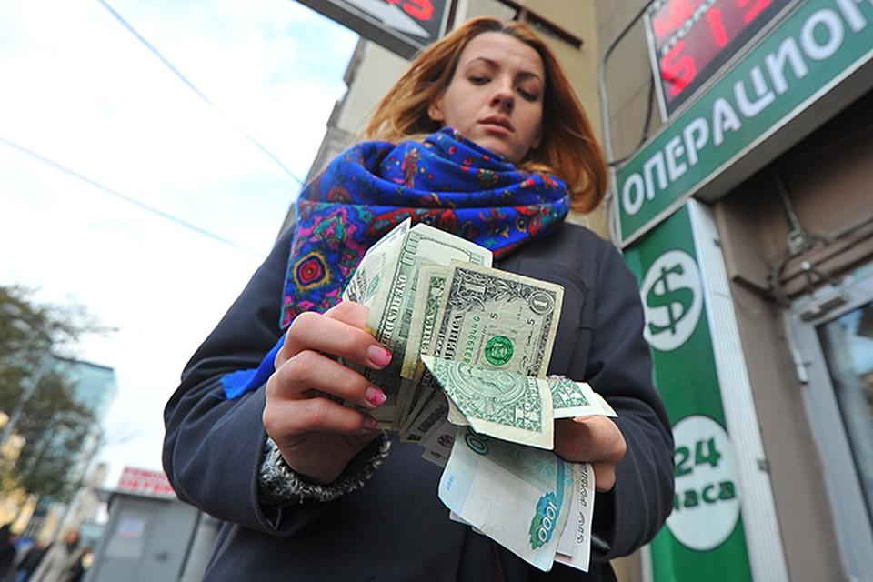 Процесс отказа от доллара постепенно идет и внутри страны. Так, очень сложно найти банк, который выдавал бы гражданам валютные кредиты
