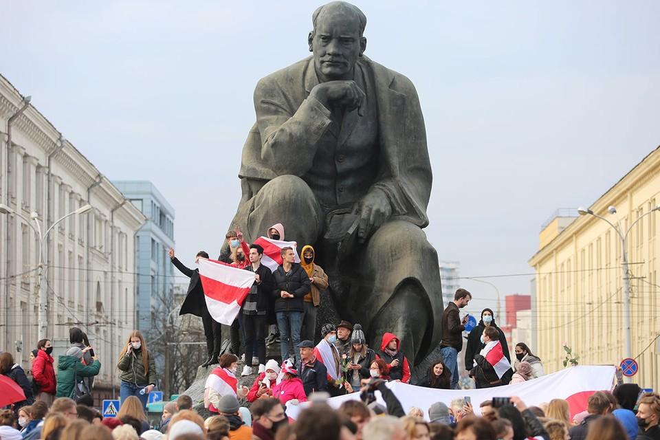 Белорусские оппозиционеры у памятника писателю Якобу Коласу в Минске, 26 октября 2020 г.