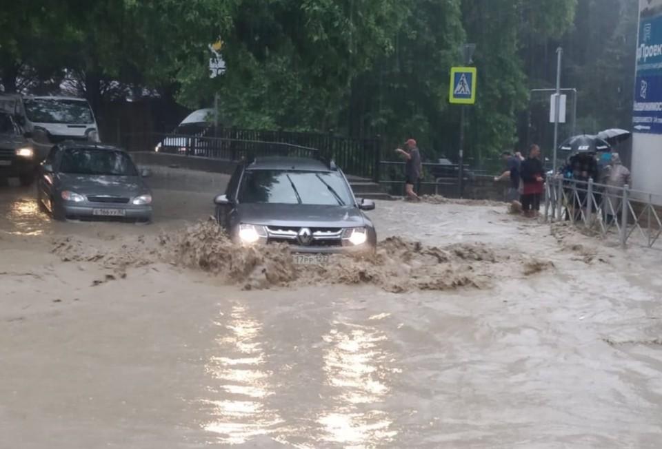 В Ялте продолжается борьба с последствиями ливня. Фото: Янина Павленко/Facebook