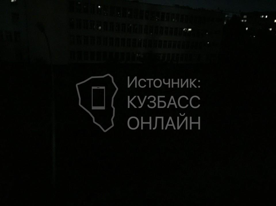 В Кемерове жительница пожаловалась на неработающие фонари по аллее вдоль школы. Фото: «Кузбасс Онлайн».