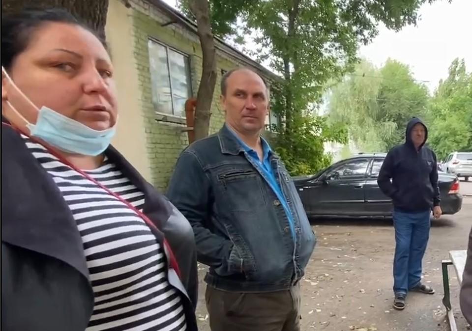 Юрист Дарья всячески пряталась от камер на встрече с жильцами
