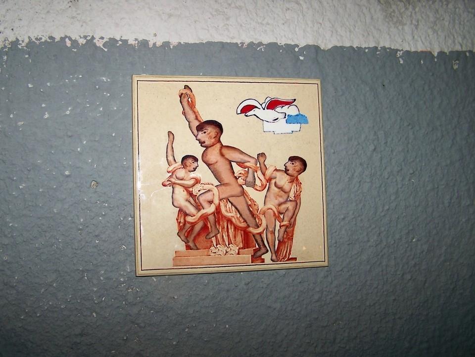 Новая плитка Бэнкси Нижегородского «Лаокоон» на стене бассейна
