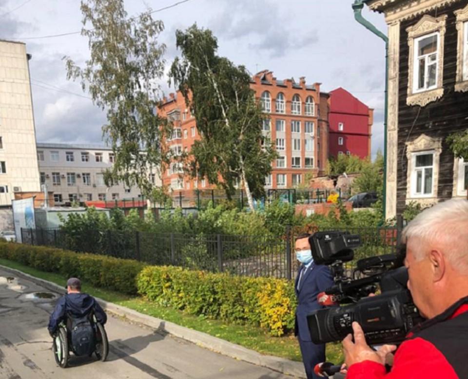 Олег Шарепа лично проверил доступность избирательных участков для маломобильных томичей, которые могут передвигаться только на колясках. Фото: сайт томского омбудсмена по правам человека.