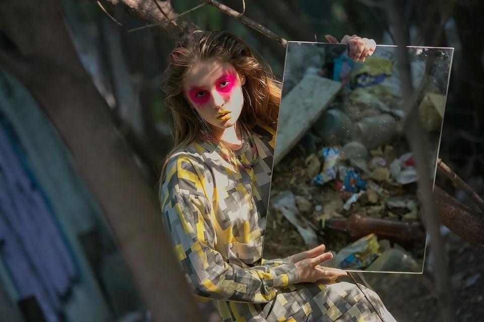 Новосибирский дизайнер одежды Светлана Шпадырева устроила фотосессию на свалке. Фото: Светлана Шпадырева