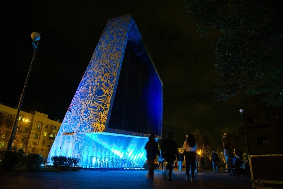 Синий цвет ассоциируется у художника с искусством и небом, а серебряный – отсылка к ракетно-космическим предприятиям Самары.