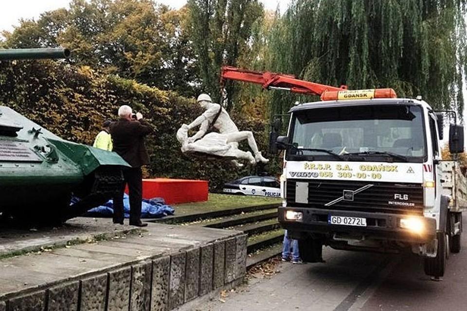 В Польше демонтировали скульптуру советского солдата - насильника