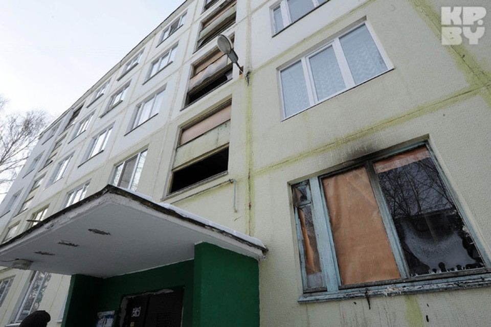 Жильцы дома до сих пор недоумевают, почему люди не смогли спастись: ведь пожар был на первом этаже.