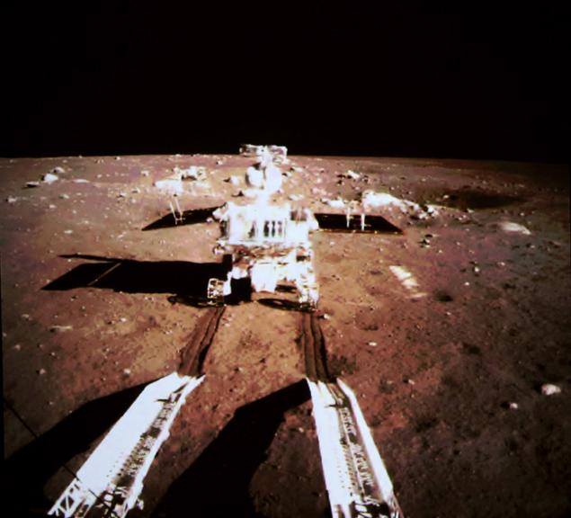 """Китайский луноход - """"Нефритовый заяц"""" - съезжает на коричневую поверхность Луны"""